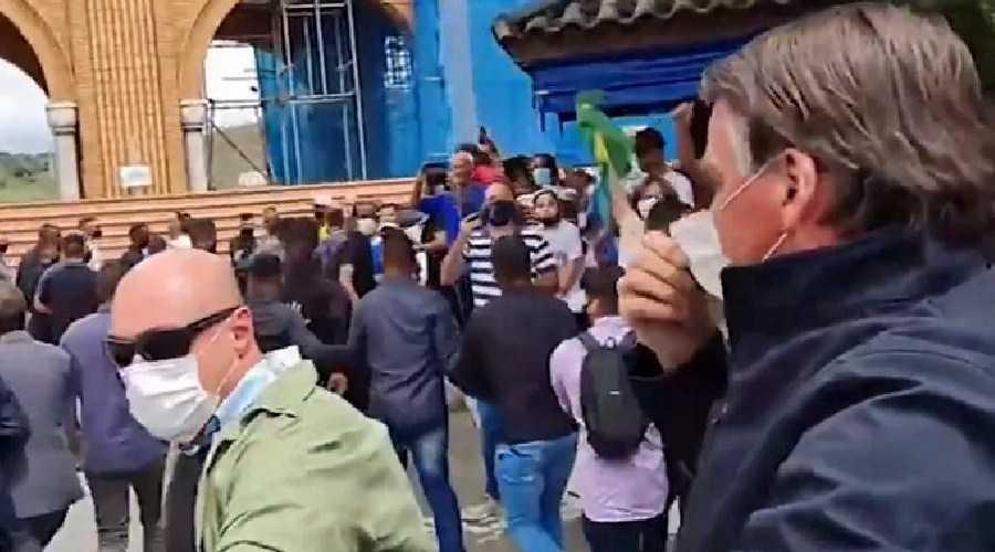 """""""Tem arma na Bíblia"""": Bolsonaro ignora arcebispo de Aparecida e  é recebido com vaias (Vídeo)"""