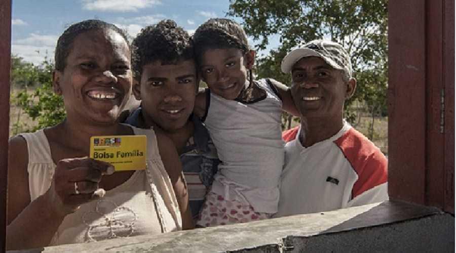 Extinto por Bolsonaro, Bolsa Família reduziu a mortalidade infantil e materna